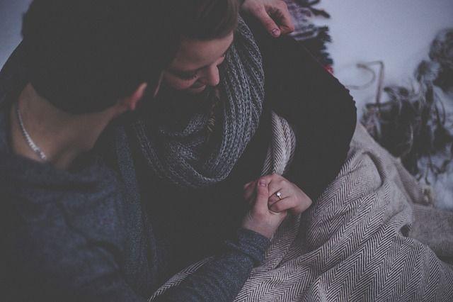 abrazo-entre-hombre-y-mujer