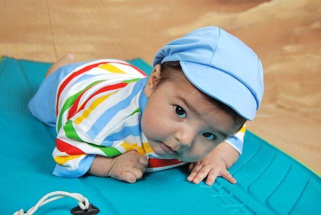 bebé-aprendiendo-a-gatear