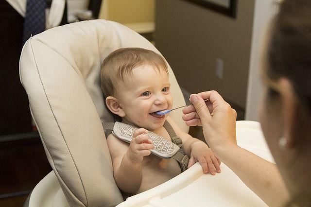 bebé-comiendo-sólido