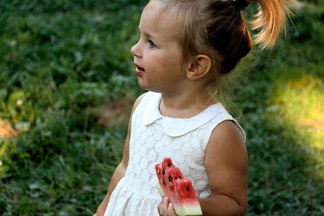 bebé-comiendo-sandía
