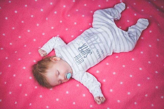 bebé-durmiendo-en-sábana-rosa