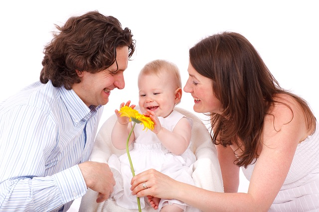 bebe-sonríendo-a-sus-padres