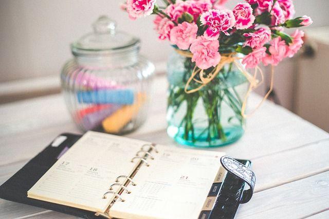 diario-y-flores-en-escritorio
