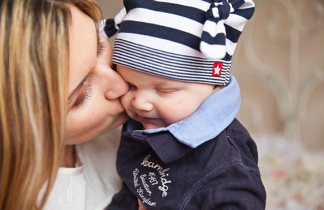madre-dando-beso-a-bebé