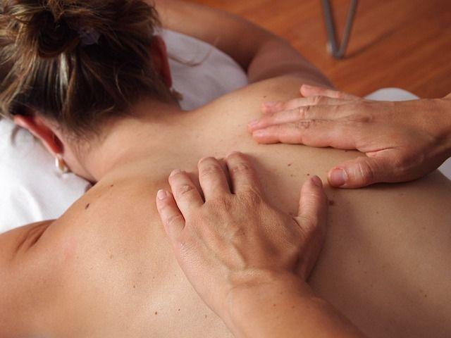 manos-dando-un-masaje