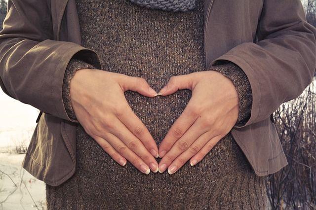 manos-de-mujer-embarazada