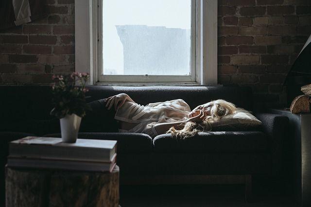mujer-durmiendo-en-mueble