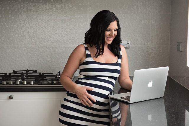 mujer-embarazada-usando-ordenador.