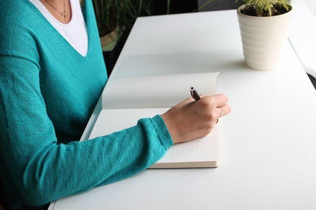 mujer-escribiendo-en-diario