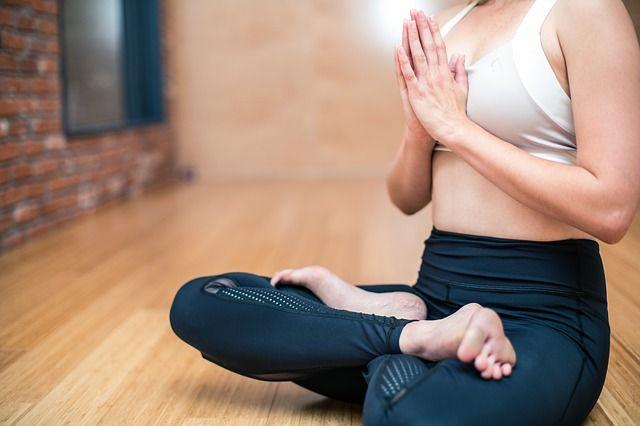 mujer-practicando-yoga