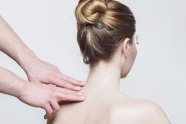 mujer-recibiendo-un-masaje