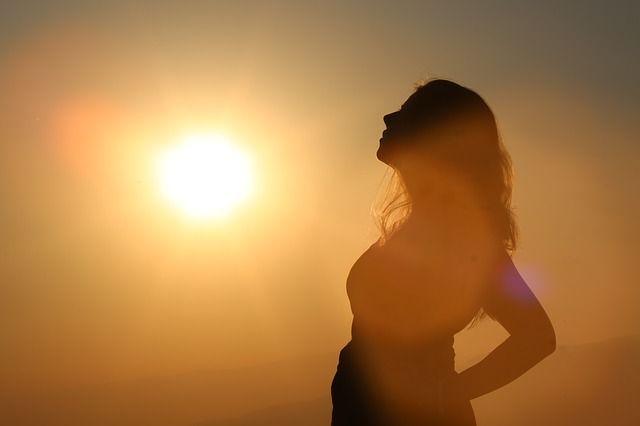 mujer-silueta-en-el-sol
