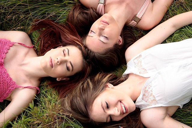 mujeres-acostadas-en-césped