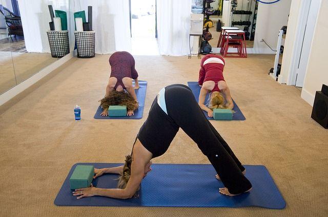 mujeres-practicando-yoga