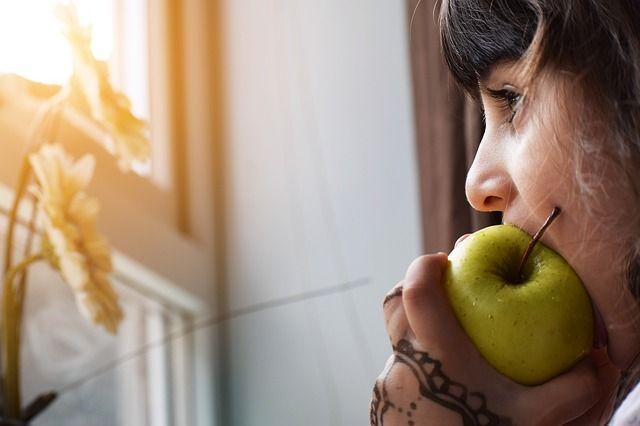 niña-comiendo-manzana