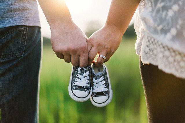 pareja-con-zapatos-de-bebé