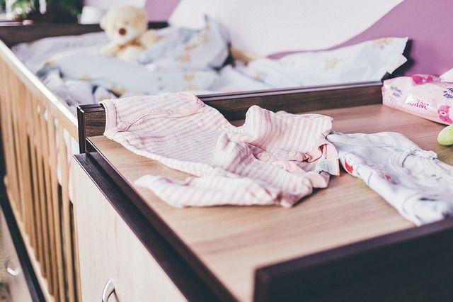ropa-y-cuna-de-bebé