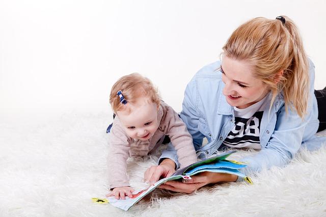 un bebé leyendo