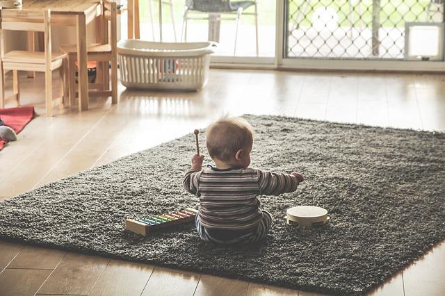 un-bebe-jugando-con-juguetes