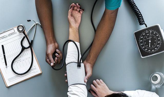 mujer-en-consulta-médica