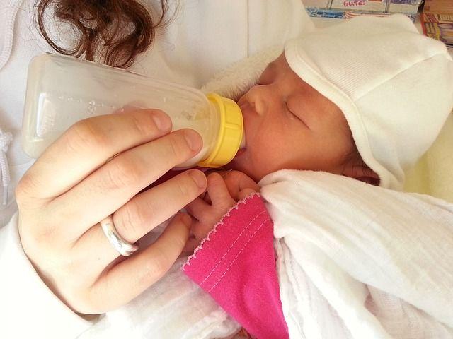 bebé-comiendo-de-botella