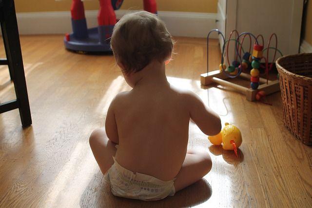 bebé-de-espalda-con-juguete
