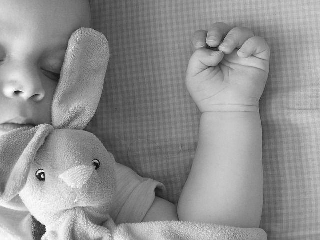 bebé-durmiendo-con-conejo-de-peluche
