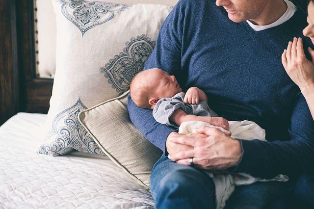 bebé-en-brazos-de-padre