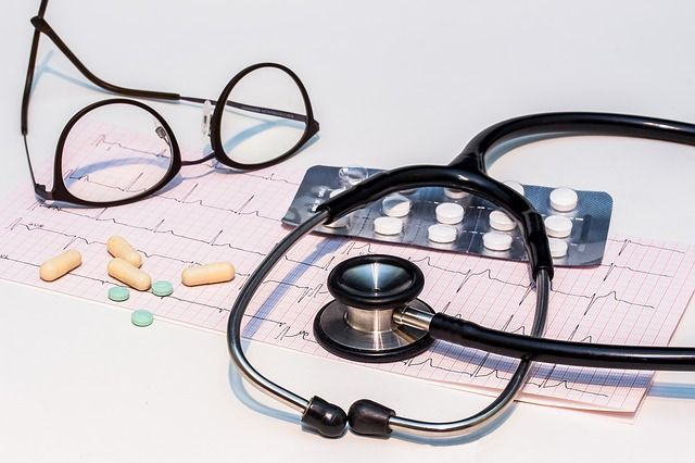 estetoscopio-pildoras-y-lentes-de-médico