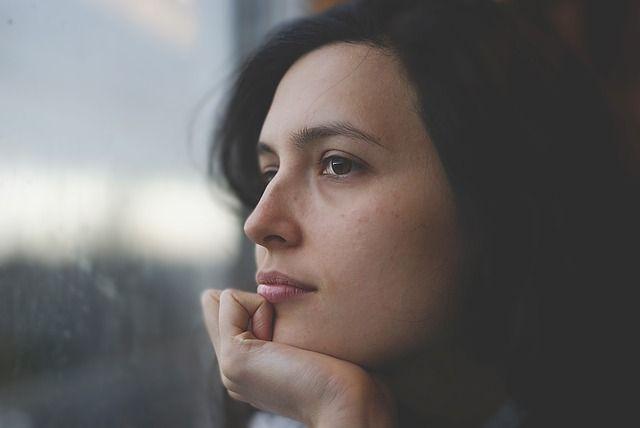 mujer-pensando-cerca-de-ventana
