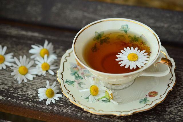 té-de-manzanilla-con-flores