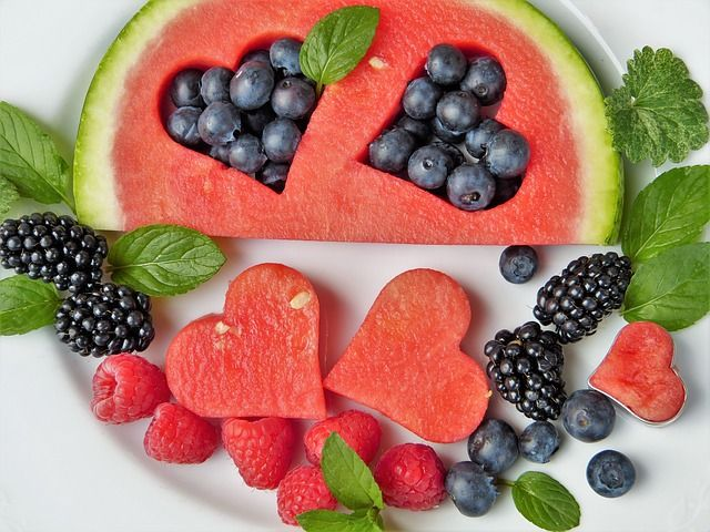 Diferentes-frutas-cortadas