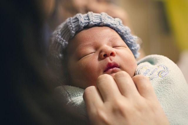 bebé-durmiendo-en-brazos