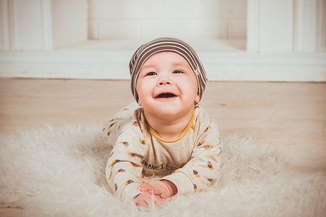 bebé-sonriendo-sin-dientes