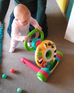 un-bebe-empujando-un-andador